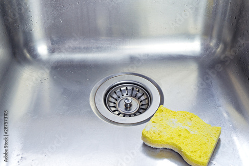Pinturas sobre lienzo  Cleaning polished stainless shiny sink with scrub sponge