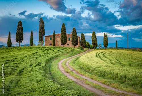Foto  Scenic view of typical Tuscany landscape, Italy