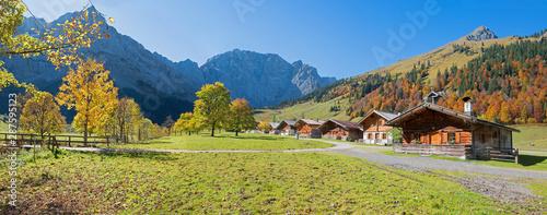 Obraz goldener Oktober im Almdorf Eng, Karwendelgebirge, mit herbstlichen Ahornbäumen - fototapety do salonu