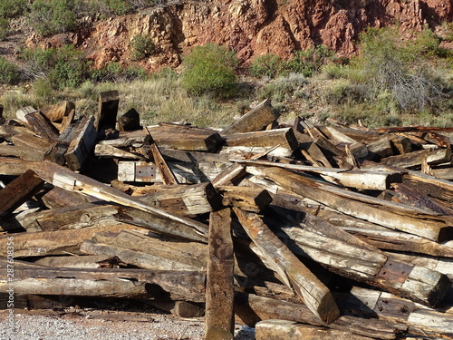 traviesas  de via del ferrocarril y postes de madera desechados peracense  terue Tapéta, Fotótapéta