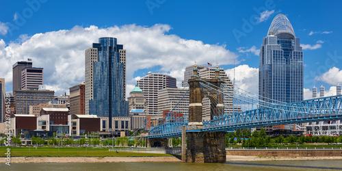 Fotomural  View of the Cincinnati, Ohio skyline and John Roebling suspension bridge from ac