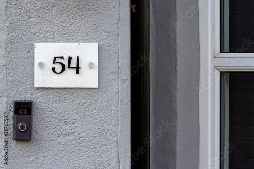 Tela  House number 54 with a digital doorbell