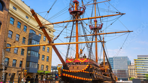 Photo The replica of the Golden Hinde, the UK' famous ship