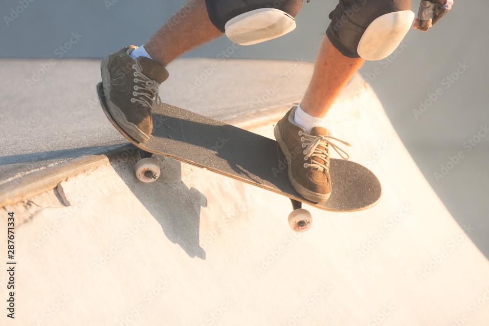 Fototapeta Skater preparing for the dropping