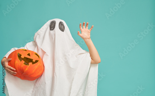 Photo  little kid in ghost costume