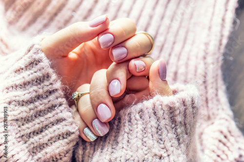 Leinwand Poster Art nail manicure for bride in purple sweater
