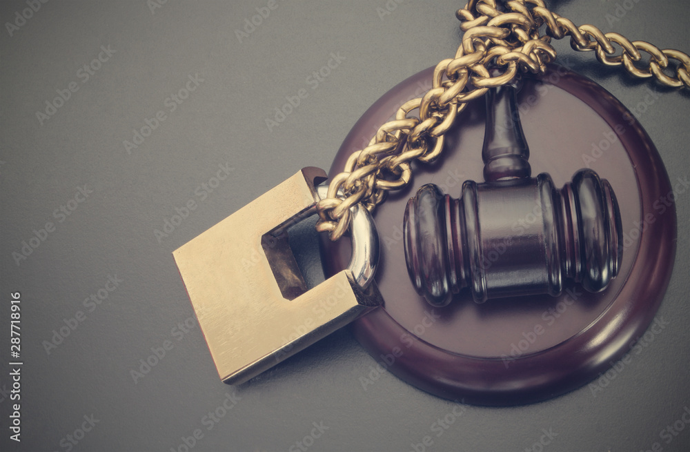 Fototapety, obrazy: Non-independent justice concept with padlock and gavel