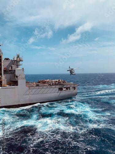 Carta da parati ship in the sea