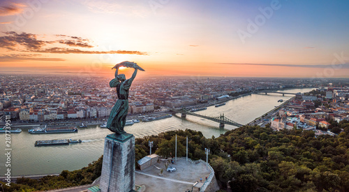 Papiers peints Budapest Budapest, Hungary - Aerial panoramic sunrise view with Statue of Liberty ,Liberty Bridge on River Danube taken from Gellert Hill