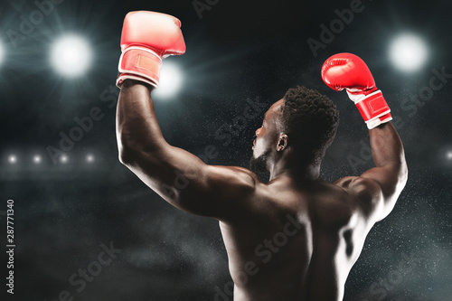 Photo African american boxing champion raising hands up
