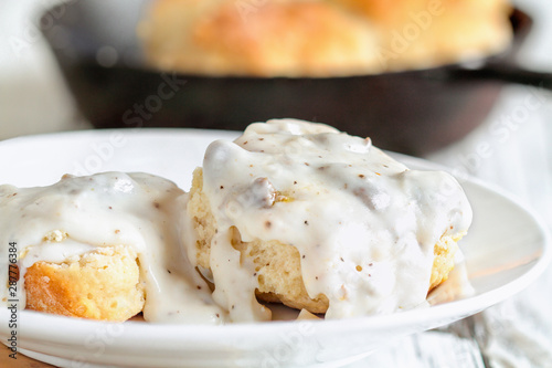 Fotografía  American biscuits from scratch covered with thick white sausage gravy