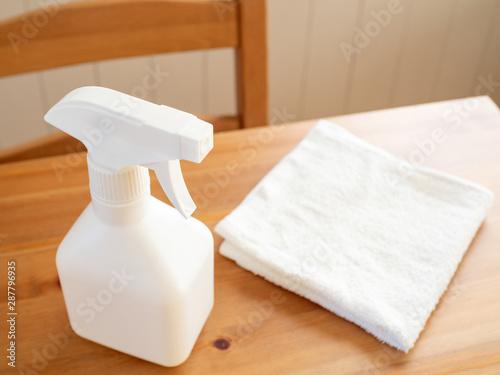 Photo テーブルの上のスプレーと布巾