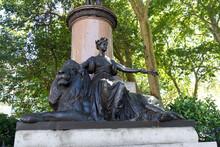 London Statue Of Britannia Sit...