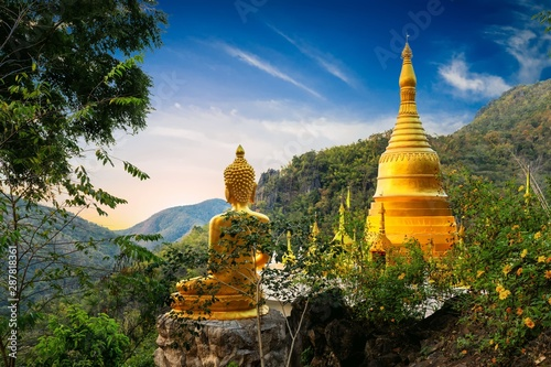 Tuinposter Bedehuis Golden Buddha statue view point