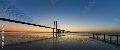 Photo  Long exposure shot of Vasco da Gama bridge in Lisbon