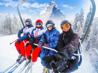 nevjerojatan prekrasan pogled na skijalište u Švicarskoj s žičarom prijevoz žičarom Veseli mladi prijatelji skijaši na žičari