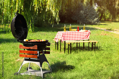 Canvas-taulu Modern barbecue grill with tasty food in park