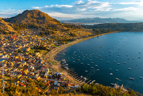 Pinturas sobre lienzo  Cityscape of Copacabana city and the Titicaca Lake at sunset, Bolivia