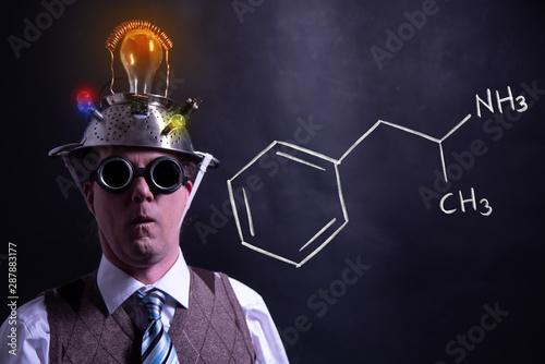 Foto Nerd presenting handdrawn chemical formula of amphetamine