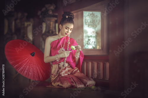 The woman wears a Thai dress, folds the lotus flower Canvas-taulu