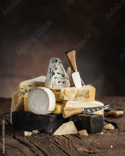 Photo Assortment of different cheese types on wooden background