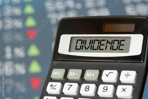 Fotografía Kurstafel an der Börse und Taschenrechner für Dividende