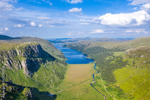Photo Aerial view of the Glenveagh National Park with castle Castle and Loch in the ba
