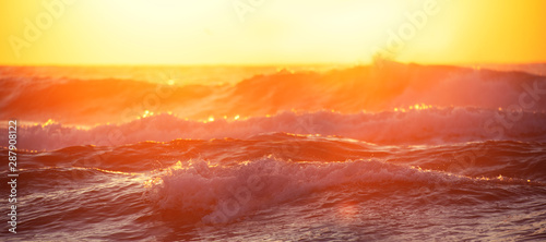 Fond de hotte en verre imprimé Jaune de seuffre Sunrise Wave. Golden sunrise over the sea and beach