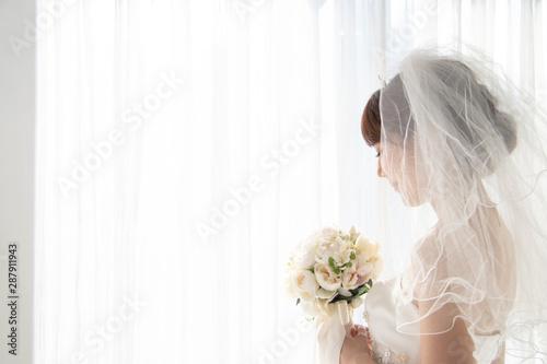 Fototapeta 窓辺で微笑む花嫁