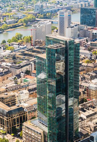 Fototapeta Panorama miasta z lotu ptaka. Frankfurt nad Menem widziana z gory.  Panorama miasta w Niemczech. Widok na rzeke. Zabudowa nad Menem. obraz