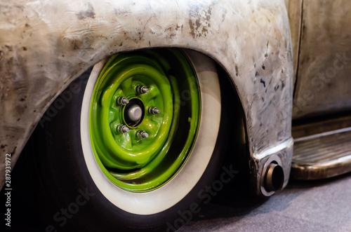 Obraz na płótnie green wheel of an old american car