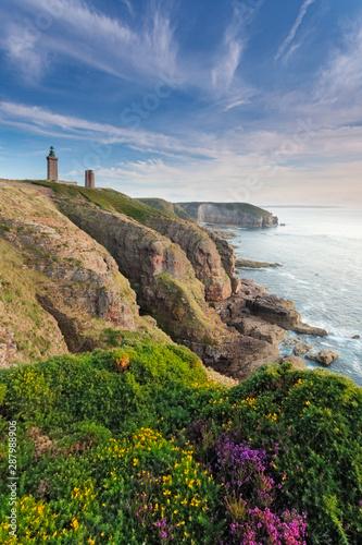 Garden Poster Lighthouse Cap Frehel - Aussicht auf einen Leuchtturm an der Steilküste in Frankreich mit Blick auf das Meer