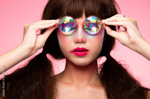 Fotografía  Fashion Model looks at camera for shooting new collection Sunglasses