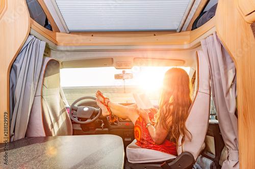 Obraz na plátně  Füße Hochlegen im Wohnmobil