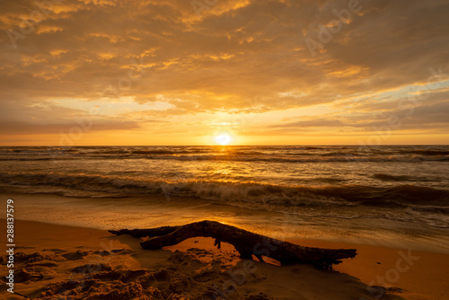 Fototapeta Zachód słońca nad Polskim morzem Bursztynowy kolor obraz