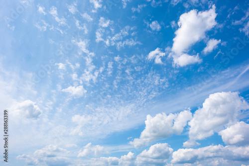 fototapeta na lodówkę Blauer Himmel mit Wolken als Hintergrund