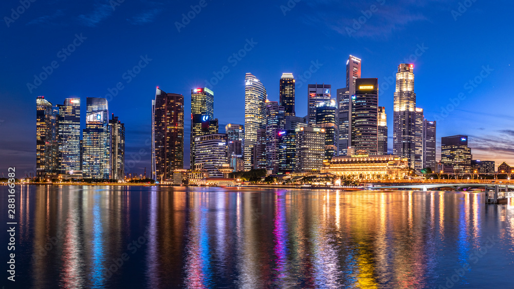 Fototapeta Marina bay,Singapore - 2017 September 21 : Singapore business building skyline at dawn with reflexion on waterbay in twilight time.