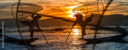 Foto Burmese Fishermen posing with conical nets at sunset, Inle Lake in the Nyaungshw