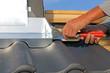 Leinwanddruck Bild Dachdecker arbeitet an der Kaminverkleidung
