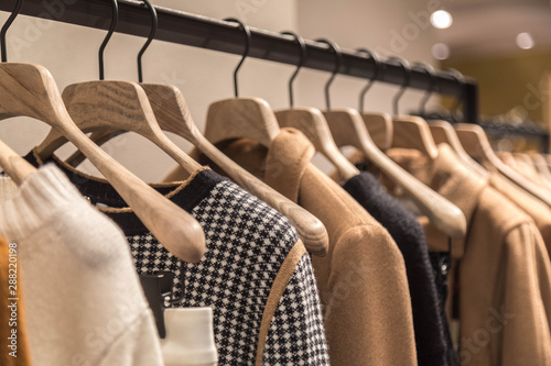 Fotografía  Hangers with autumn's women's  wear in shop