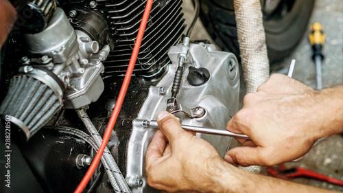 Motorrad reparieren mit Werkzeug