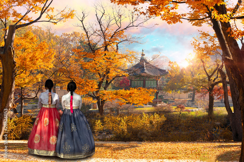 Fotografía Young Girls with Korean national dress at Gyeongbokgung palace, Hyangwonjeong Pavilion, in autumn Seoul,South Korea