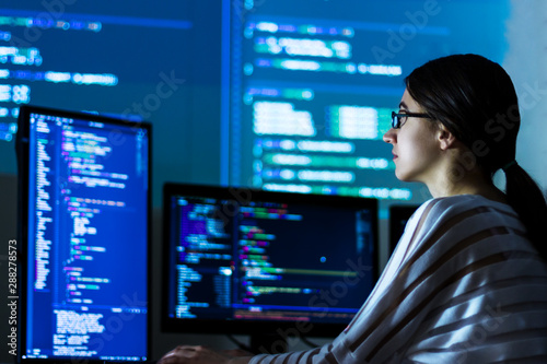 Photo Software developer freelancer woman female in glasses work with program code C++
