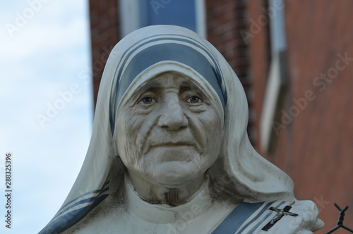 Valokuvatapetti Mother Teresa Face Statue