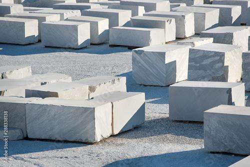 Photo Large rectangular blocks of white Carrara marble