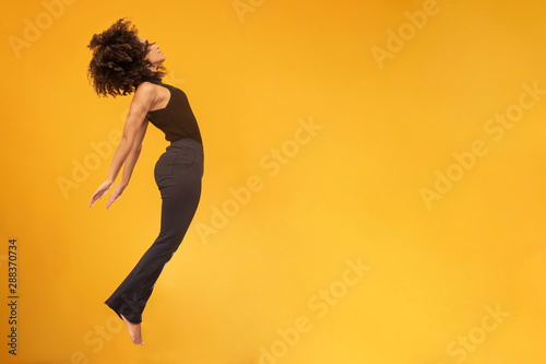 Photo Side view of afro hair woman in zero gravity or a fall