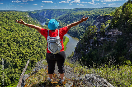 Photo Woman is pleased to climbing a mountain.