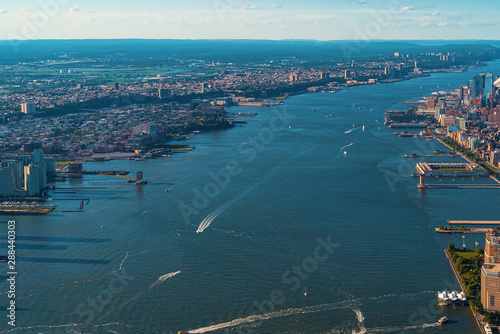 Photo Aerial view of the Hudson River between Manhatten and New Jersey