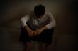 canvas print picture - 悲しみに暮れる男性