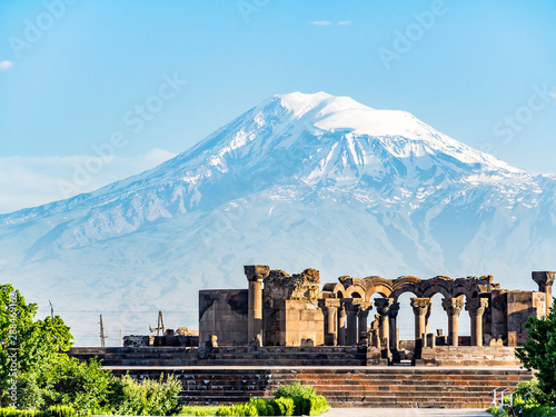 Photo Ancient ruins of Zvartnots Cathedral in Armenia and the Mount Ararat